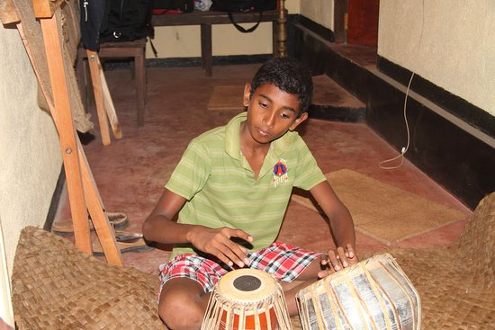 Ingiriya, Sri Lanka: Playing Bongo!!