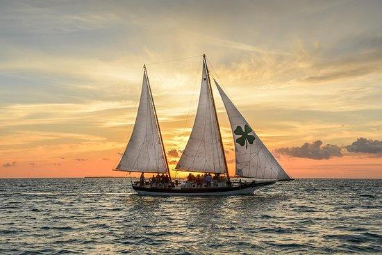 在基韦斯特的日落风帆与鸡尾酒和开胃小菜