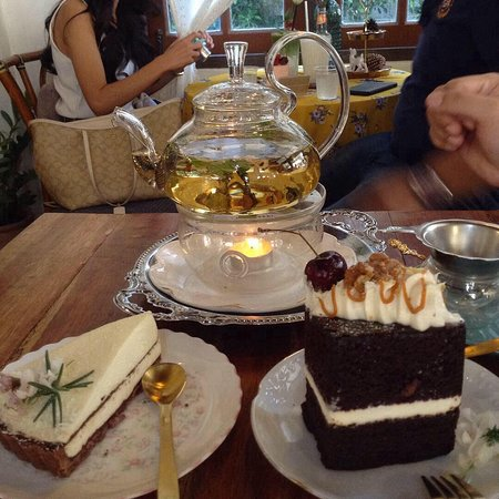 Провинция Кхонкэн, Таиланд: At a cafe in Khon Kaen, northeastern Thailand. There are many cafe like this, where you can have cake and tea, especially around Khon Kean University.