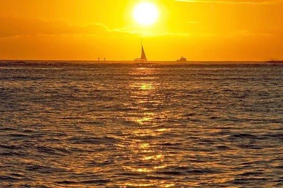 Kona-Kohala海岸日落航行由双体船