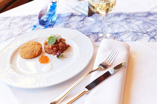 Saphir Restaurant: Bergsaiblings-Tatar / Lachsforellen-Kaviar / Rösti