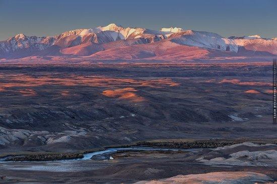 Altai Krai, Russland: Рассвет в долине реки Чаган-Узун.Река Чаган-Узун является мощным притоком реки Чуя. Именно она придает известный грязновато-серый оттенок .
