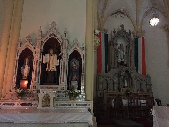 Parroquia San Patricio: El Patrono San Patricio y la bandera irlandesa en el altar.