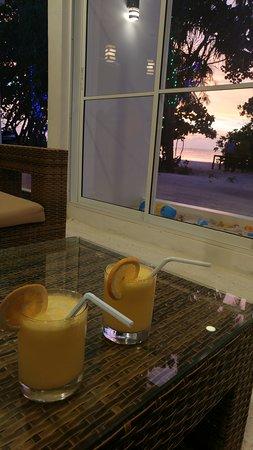 drink di benvenuto con tramonto nella lobby dell'hotel