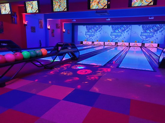 Kidderminster, UK: 6 Lane Bowling with a maximum of 5 people on each lane 🎳