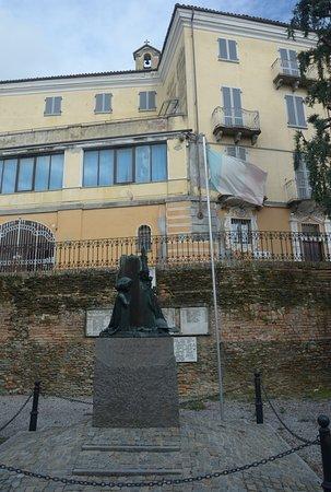 Neive, Taliansko: il monumento