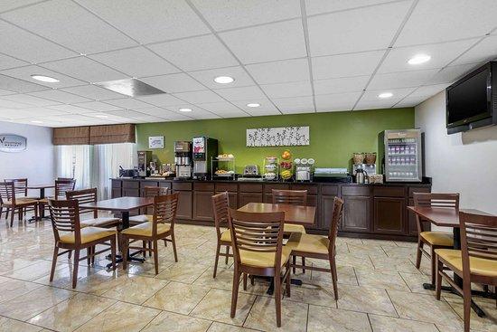 Lansing, IL: Breakfast area