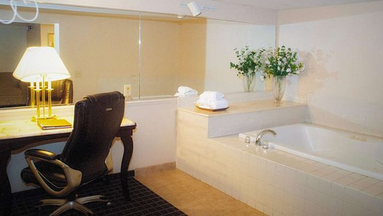 Magnuson Grand Hotel: MH Madison Madison WI GuestRoom Bathroom