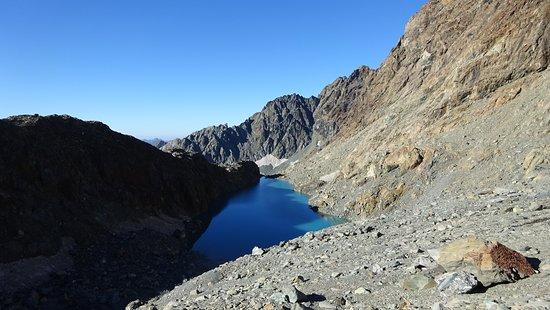 Uno dei laghi Cassandra (2.800 m) ripreso al sorgere del sole. Valmalenco sopra Torre di Santa Maria e sopra il Rifugio Bosio Galli (2086 m).