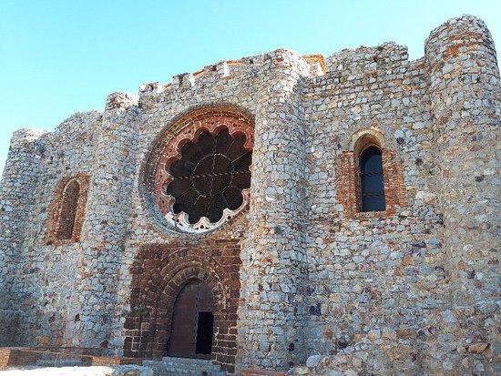 Aldea del Rey, Spain: Fachada con rocas volcánicas y rosetón