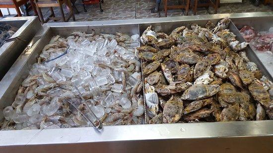 Khon Kaen Buffet BBQ: Это зона морепродуктов. Здесь можно выбрать креветки, маленькие лобстеры, разные ракушки, крабы, улитки, рыбу. Всё свежее. Обращаю внимание всех: если ракушки раскрытые, то это плохо, ни в коем случае не берите. Такое может быть.