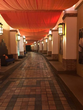 Club Med Cancun: Walking to Buffet