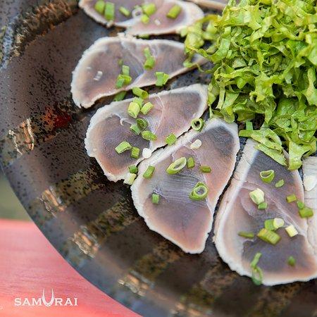 Maguro tataki, el plato favorito de todos los tiempos. Una combinación de atún, cortado en finas y alargadas lonjas, acompañado con ensalada de lechuga y salsa ponzu. #SamuraiRD #SamuraiRestaurant #japonesculture #japonescousine  #herenciacultural