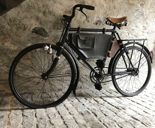 Tremola San Gottardo Osteria: Una bici culto - una swiss military bike- esposta al Tremola San Gottardo.
