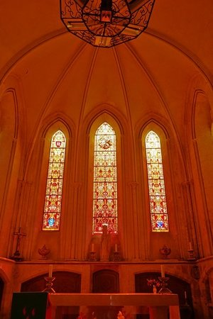 Eglise Saint Vigor: Витражи алтарной части
