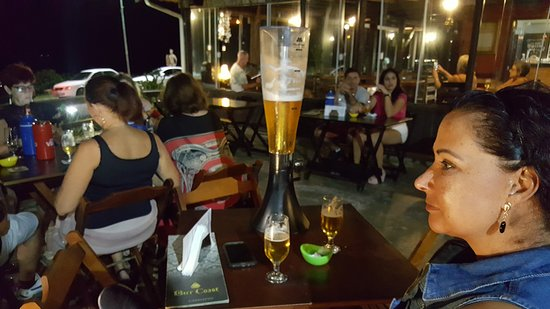Restaurante e Choperia Bier Coast: AO FUNDO MÚSICA AO VIVO.