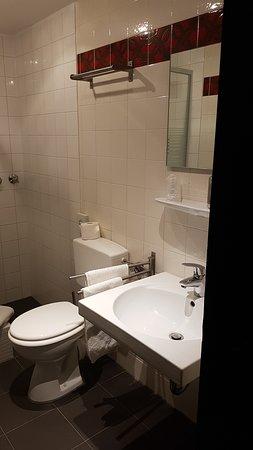 relativ enges Badezimmer nur teilweise neu gefliest - Picture of ...