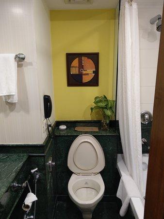 馬桶在洗手台與浴缸中間