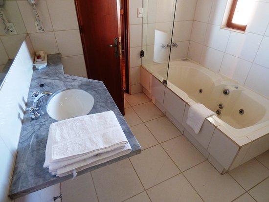 Hotel Villa Antigua: Baño con jacuzzi de la suite junior