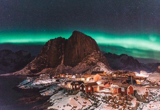 Hamnoy, Noorwegen: Während unserer Reise mit @visitnorway auf die Lofoten ging für uns ein großer Traum in Erfüllung: Wir durften das Nordlicht über zwei Stunden lang beobachten. Besonders schön sah es übrigens beim kleinen Dörfchen Hamnøy aus! #Werbung #Roadtrip #Bucketlist