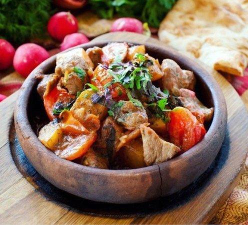 Snow Time Bar: Оджахури — национальное грузинское блюдо, представляющее собой жареное мясо с картофелем. Готовится из разных видов мяса (говядины, свинины и даже из курицы), картофеля, специй, традиционно подается на кеци. Хотите попробовать ? Ждём вас каждый день в @snowtime.bar