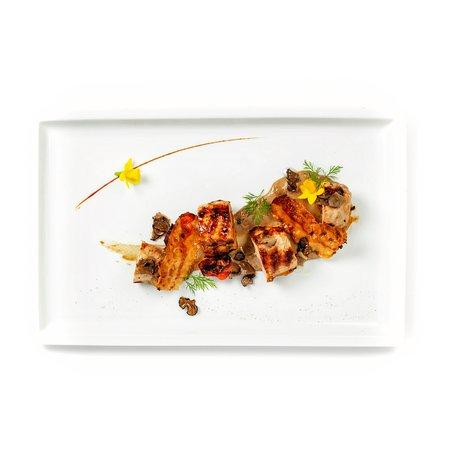 Un must: faraona disossata in doppia cottura con tartufo nero dei Berici, crema di porcini e guanciale croccante