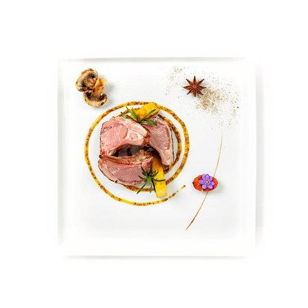 Costine di agnello alla brace con senape al miele, funghi di stagione e polenta croccante