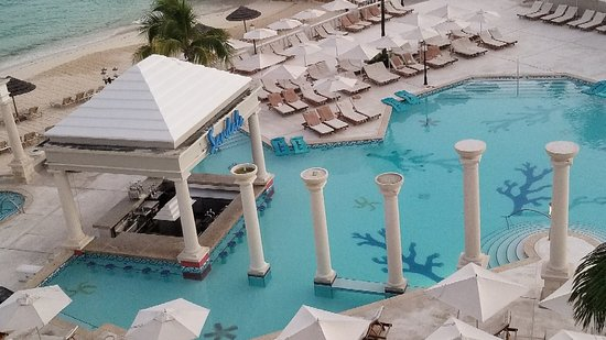 Sandals Royal Bahamian Spa Resort & Offshore Island: Our stay here was wonderful! People are very nice and helpful. The room was beautiful as well as our view.