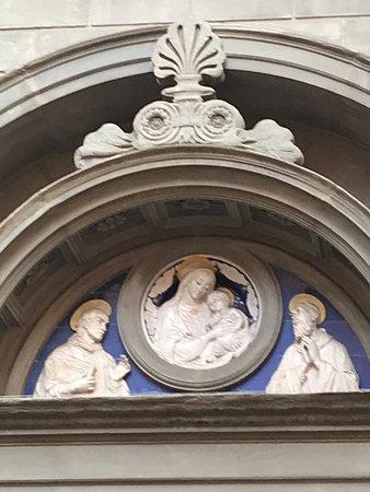 particolare bassorilievo nella lunetta del portale d'ingresso