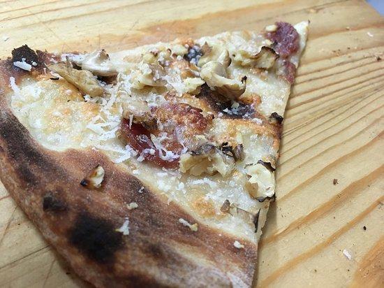 Castagnaro, Włochy: Bianca con salame al finocchietto, noci e pecorino