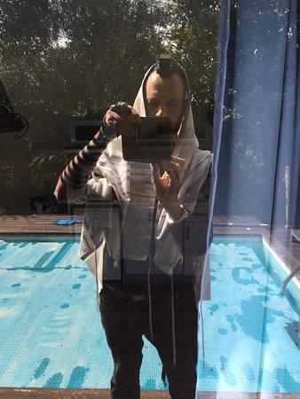 Pool View Mansion: צילום מהבריכה לכיוון החדר . החלונות של החדר שקופים
