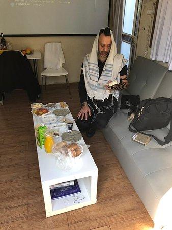 Manot, อิสราเอล: במתחם הספונת והשולחן מאיקיאה , יש גם שולחן קטן עם שני כסאות למי שרוצה לאכול בישיבה על שולחן