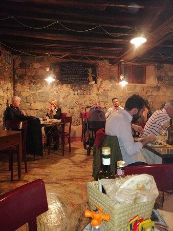 Pomella: uno dei piani con tavoli