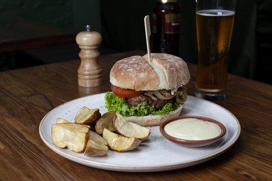 Esta es nuestra hamburguesa del Chef, con pan artesanal, cebolla caramelizada, tocineta y carne de res ¡hecha en casa!