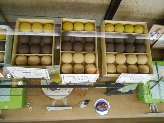 Mukou-jima, Giappone: 商品ケースに並べられた団子です。