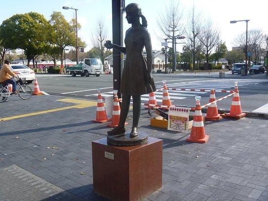 Hanawo Motsu Shojo Statue