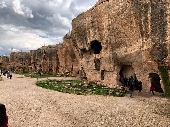 Dara Mesopotamia Ruins: Bu topraklarda Doğan birisi olarak geç görmenin utancını yaşıyorum ... Anlatılmaz , yaşanılır; görülmesi gereken yerlerden biri. Bu topraklarda en güzel mevsim ilkbahardır. Bu aylarda gitmenizi tavsiye ediyorum.