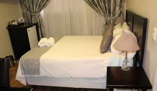 Klerksdorp, South Africa: Kimberley double room, en-suite bathroom with bathtub and shower.