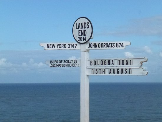 Land's End, UK: Questo cartello indica il punto più ovest della Cornovaglia (ed ovviamente dell'Inghilterra). Curioso che ci sia la distanza da Bologna: sapevano del mio arrivo?