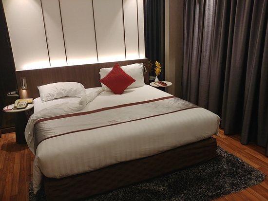 Splendida stanza da letto con king size - Picture of Ramada ...