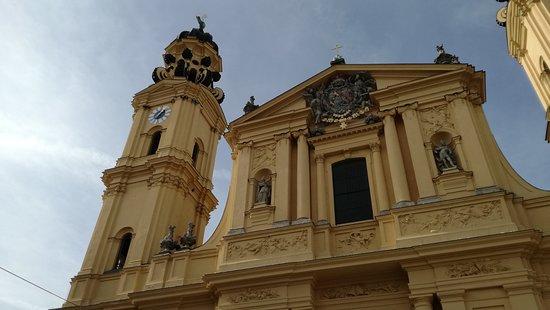 Generals' Hall (Feldherrnhalle): Kirche daneben