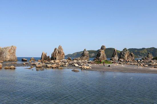 Oedo Onsen Monogatari Nanki Kushimoto: ホテルから徒歩15分の名勝天然記念物の【橋杭岩】。 干潮時にはかなり沖まで歩いていけます。 潮の引いた岩場には様々な海中生物が。お子様も、もちろん大人もかなり楽しめます!