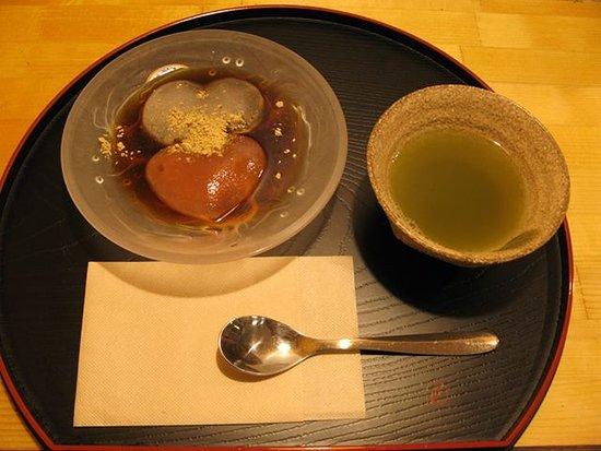 Yukinoshita Vegetarian Restaurant: 恋するわらび餅 お茶付き¥500 ハート型が可愛い、わらび餅です。 ろてもローカロリーなスイーツなので、ダイエット中の方の味方です。 もちもちの食感をお楽しみください。