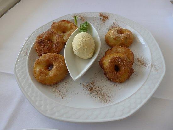 Schmerikon, Schweiz: Feini Oepfelringli mit Vanilleglacé.