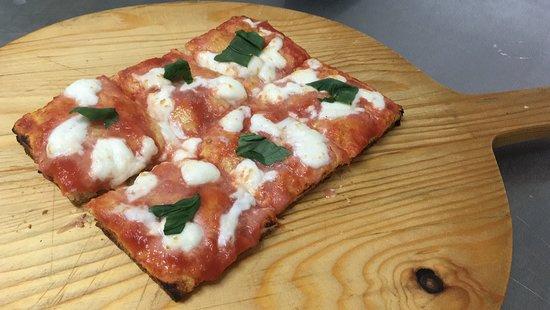 Castagnaro, Włochy: Pizza al taglio, pasta alta oppure bassa, pomodori pelati e mozzarella fior di latte con basilico all'uscita