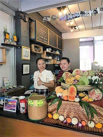 Esan Mae Waa Restaurant: Sisters. English Spoken