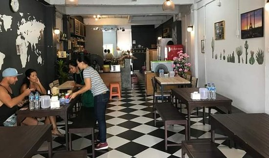Esan Mae Waa Restaurant: Before 12 and after 2.30 - have more space to yourself