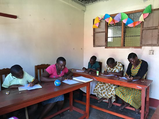 Musoma, Tanzânia: Students taking time to learn a new skill- drawing!