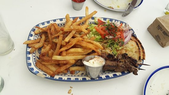Mandolin Aegean Bistro: Prato Principal: Beef Souvlaki (espetinho de carne com salada, pita - tipo de pão e fritas)