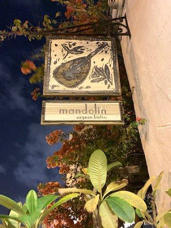 Mandolin Aegean Bistro: Entrada verdadeira do restaurante, que já nos leva a um lindo jardim.  Adorei!